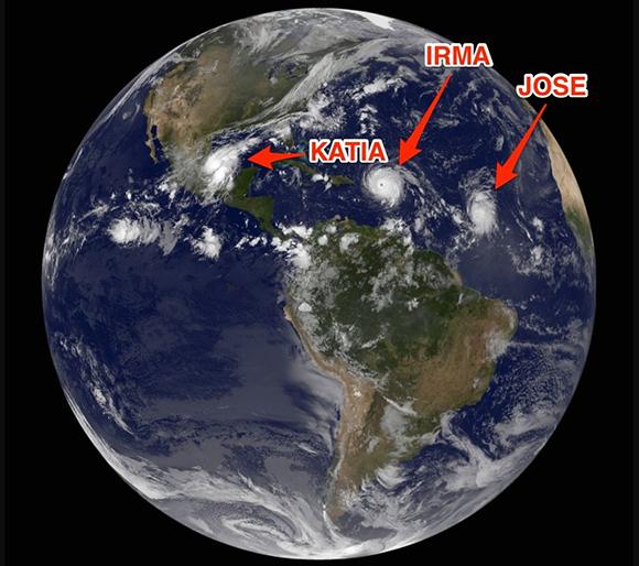 En estos momentos coexisten tres huracanes en las inmediaciones del Caribe. Imagen: GOES.