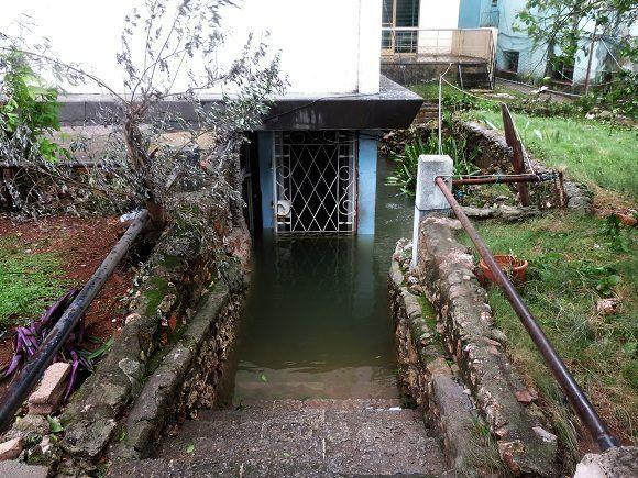 Muchos lugares, como garajes o casas ubicadas por debajo del nivel de la calle, continúan inundados. Foto: Darío Gabriel Sánchez García/CUBADEBATE.