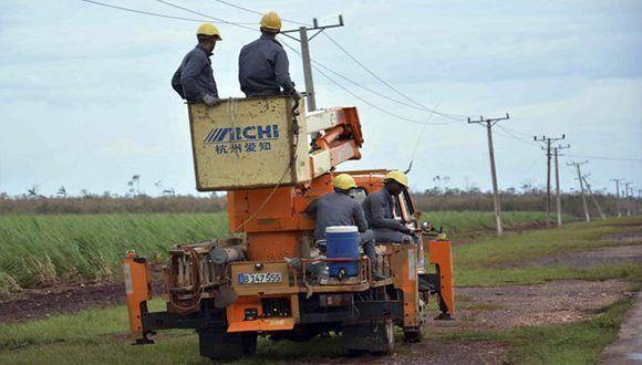 Reparan redes eléctricas dañadas por Irma en Camagüey. Foto: Rodolfo Blanco / ACN