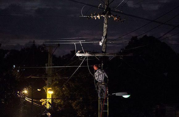 ¿Cómo sería Cuba con una economía capitalista? En la imagen: Aún en horas de la noche la empresa eléctrica de la capital continúa con los trabajos de poda de árboles y aseguramiento del sistema eléctrico. Foto: Jennifer Romero Andreu/ Cubadebate.