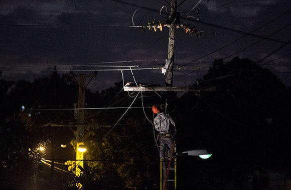Aun en horas de la noche la empresa eléctrica de la capital continúa con los trabajos de poda de árboles y aseguramiento del sistema eléctrico. Foto: Jennifer Romero Andreu/ Cubadebate.