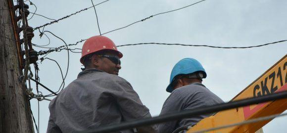 Linieros agrupados en 24 brigadas de trabajo redoblan esfuerzos para devolver, lo antes posible, el fluido eléctrico a los pobladores de la occidental provincia de Matanzas, una de las más afectadas en Cuba por el poderoso huracán Irma. Foto: John Vila Acosta/ ACN