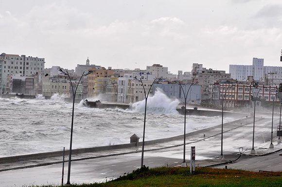 El huracán provocará fuertes inundaciones a lo largo del malecón habanero. Foto: Jorge Legañoa/ ACN.