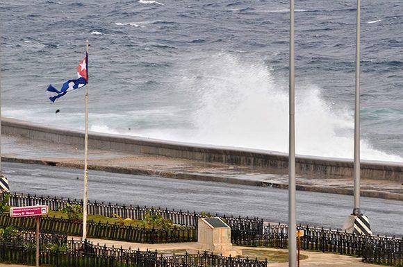 Los primeros embates de Irma en el malecón habanero. Foto: Jorge Legañoa/ ACN.