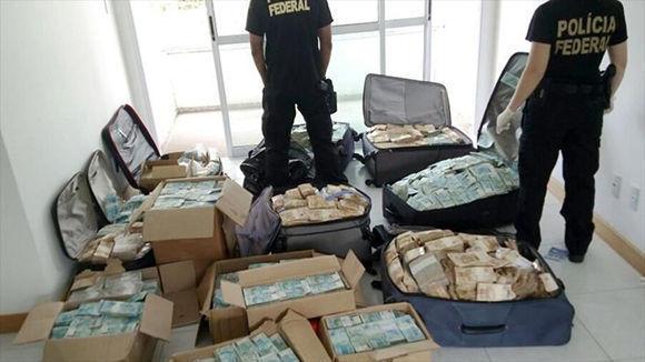 Las cajas y maletas repletas de dinero halladas en la vivienda Geddel Vieira, exministro del presidente de Brasil, Michel Temer. Foto: Hispantv.