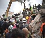 Mexicanos cantan cielito lindo mientras rescatan víctimas del terremoto. Foto: Reuters.