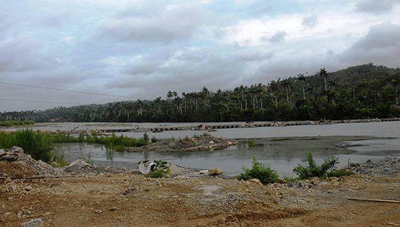 Debido a la crecida del rio Toa, por las lluvias asociadas al huracán Irma, el viaducto provisional que unía Moa con Baracoa, en la provincia Guantánamo, Cuba, se vió afectado. Foto: Pablo Soroa / ACN