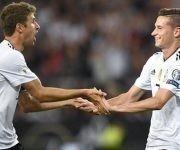 Thomas Muller (izq) celebra el gol de su compañero Julian Draxler (der). Foto tomada de Marca.