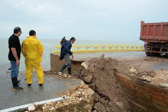 Recuperación parcial del pedraplén de Cayo Coco por trabajadores del contingente El vaquerito, lo cual permite el paso hasta que se terminen los trabajos completamente, en Ciego de Ávila, Cuba, el 10 de septiembre de 2017. Foto: Osvaldo Gutiérrez/ ACN.