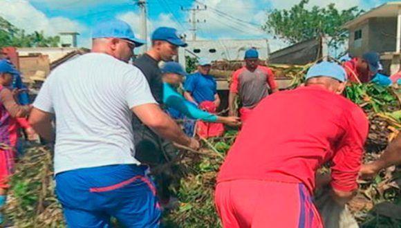 Peloteros avileños apoyan labores de recuperación. Foto: Yaniel Espino / Invasor