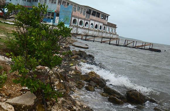 Vista de Playa Victoria, cuando comenzaba a incrementarse la marejada al final de la tarde, en Yaguajay, en Sancti Spíritus, Cuba, el 8 de Septiembre de 2017.      ACN  FOTO/ Oscar ALFONSO SOSA/ rrcc