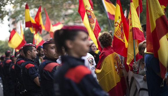 Oficiales de los Mossos d'Esquadra acordonan una manifestación de extrema derecha en Barcelona. Foto: Emilio  Morenatti / AP