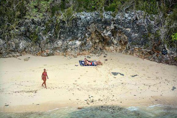Turistas del hotel Sol Río Luna-Mares, en el polo turístico de Holguín, el 10 de septiembre de 2017, luego del paso del huracán Irma por la costa norte de Cuba. . ACN FOTO/Juan Pablo CARRERAS/ogm
