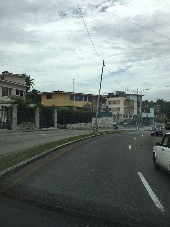 Poste eléctrico jorobado en calle 26 y avenida Kohly. Foto: Cubadebate