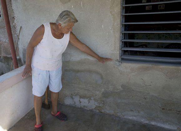 Olaga Lidia Alonso, vecina de Puerto Escondido, Santa Cruz del Norte, Mayabeque, señala hasta donde llegaron las aguas del mar en su casa. Foto: Ismael Francisco.