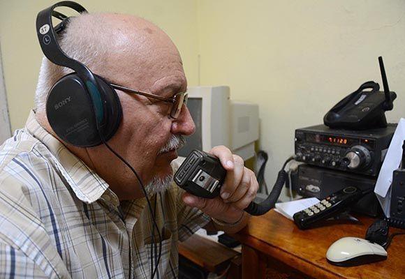 Radioaficionado de la red de emergencia de la Federación de Radioaficionados de Cuba, en la ciudad de Santa Clara, está activado y listo para prestar servicios ante el cruce del huracán Irma por el archipiélago naciona. Villa Clara, 8 de septiembre de 2017. ACN FOTO/Arelys María ECHEVARRÍA RODRÍGUEZ/sdl