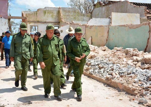 El General de Cuerpo de Ejército Ramón Espinosa Martín (D), viceministro de las Fuerzas Armadas Revolucionarias (FAR), y Jorge Luis Tapia Fonseca (C),  presidente del Consejo de Defensa Provincial (CDP), durante un recorrido por el Batey Jaronú, sitio devastado por el huracán Irma, en el municipio de Esmeralda, en Camagüey, Cuba, el 16 de septiembre de 2017.       ACN  FOTO/ Rodolfo BLANCO CUÉ/ rrcc