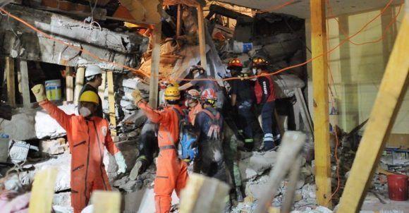 Los rescatistas luchan por encontrar sobrevivientes entre los escombros del colegio.