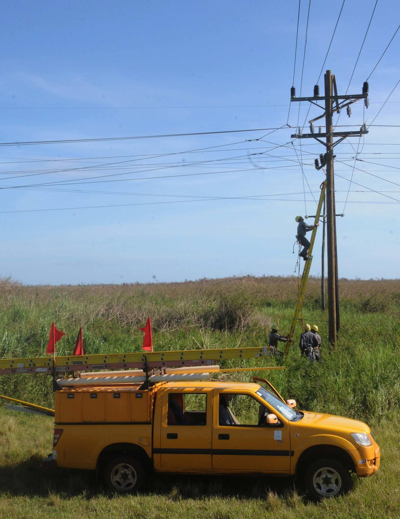 Recuperación en Sierra de Cubitas. Eléctricos en acción. Foto: Orlando Durán Hernández / Cubadebate
