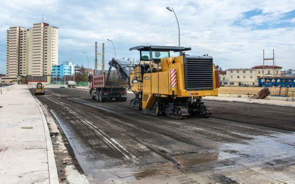 Continúan las labores de reparación de viales en la avenida Malecón, el 26 de septiembre de 2017, tras los daños causados por las penetraciones del mar, ocasionadas por el Huracán Irma a su paso por la costa norte de Cuba. ACN FOTO/Abel PADRÓN PADILLA/ogm