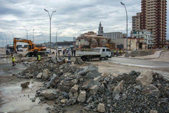 Trabajadores de viales de La Habana, continúan las labores de reparación en la avenida Malecón, el 26 de septiembre de 2017, tras los daños causados por las penetraciones del mar ocasionadas por el paso del Huracán Irma por la costa norte de Cuba. ACN FOTO/Abel PADRÓN PADILLA/ogm