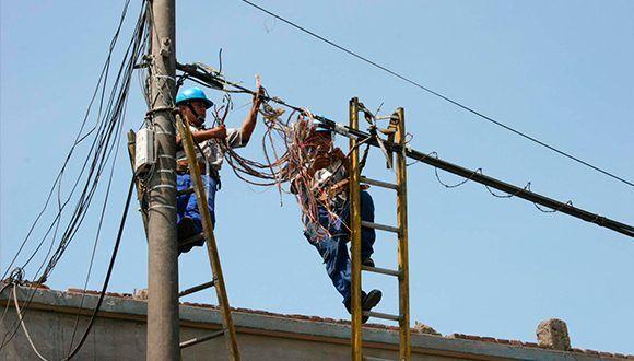 Reparadores trabajando. Foto: Invasor / Archivo