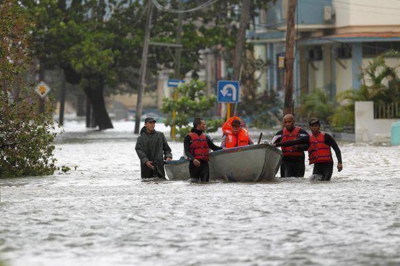 Numerosos equipos de Rescate y Salvamento, del Cuerpo de Bomberos de Cuba, se encuentran desplegados en zonas susceptibles de inundaciones del malecón.Foto: Reuters.