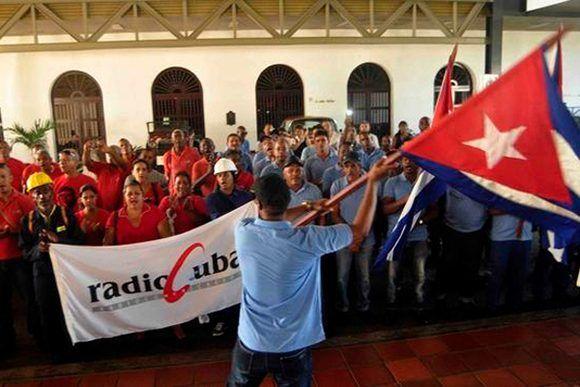 Parte contingente de trabajadores de las telecomunicaciones santiaguero, para el restablecimiento en la provincia de Camagüey, por los daños provocados por el Huracán Irma, en Santiago de Cuba, el 14 de septiembre de 2017. ACN FOTO/ Miguel RUBIERA JÚSTIZ