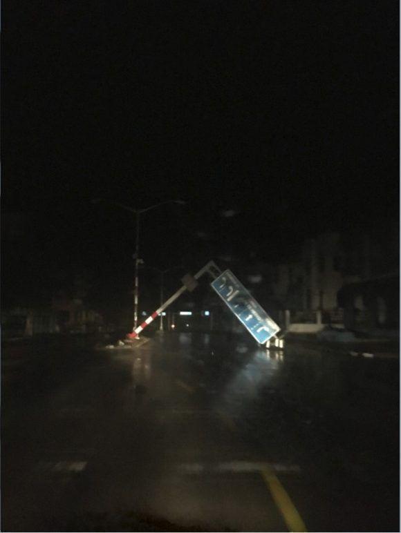Señal de tránsito derribada en 25 y 26, Vedado. Foto: Randy Alonso / Cubadebate (tomada con celular)