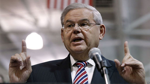 El senador demócrata por New Jersey dice que es inocente de los cargos de soborno por los que es llevado a juicio.Foto: AP.
