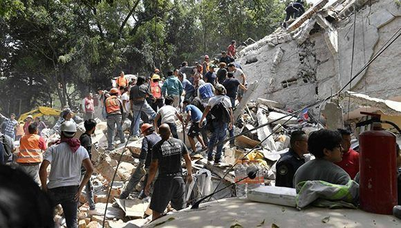 Tareas de desescombro en un edificio derruido en México D.F. Foto: AFP