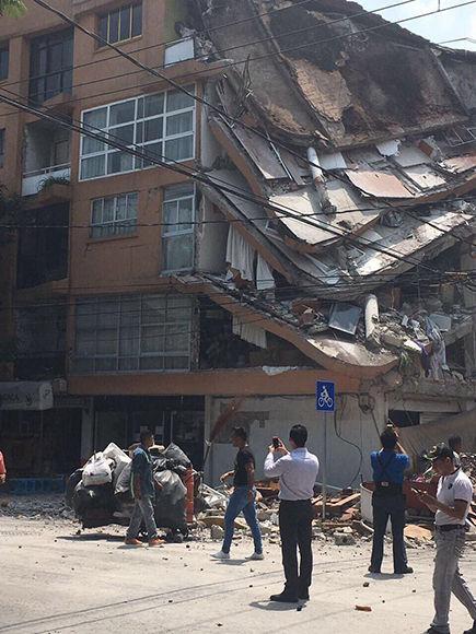 Los edificios de la capital fueron agitados y fuertemente sacudidos, lo que provocó la evacuación de miles de personas. Foto: @_mariomb
