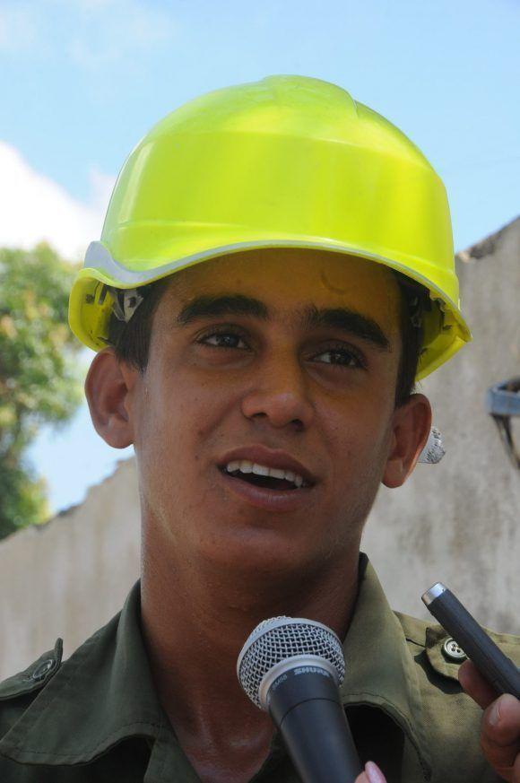 Aldair Rodríguez Aguilar es un soldado del Servicio Militar General que vive por primera vez esta experiencia, de contribuir con su trabajo a la recuperación. Foto: Orlando Durán Hernández/Cubadebate