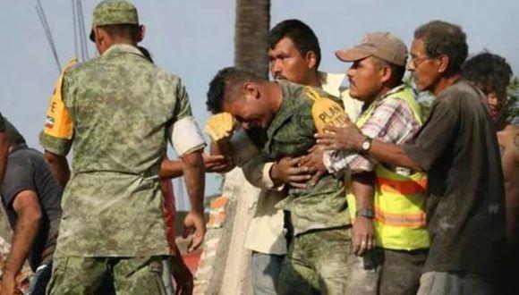 La imagen del militar conmovido se volvió viral en las redes sociales. Foto: Infobae.