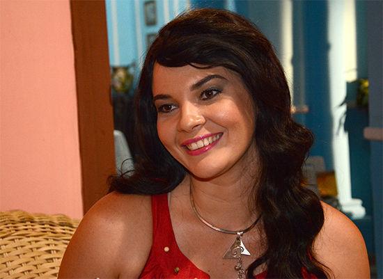 Yía Caamaño caracteriza a Thalía. Foto: Roberto Ruiz
