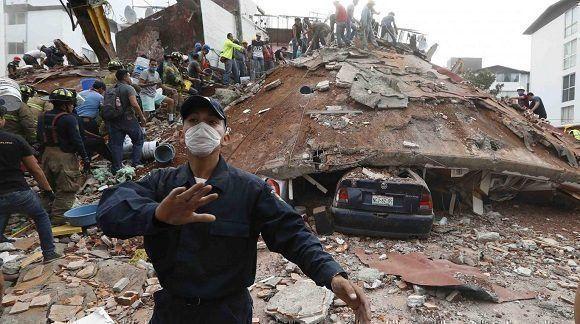 Un grupo de voluntarios en pleno operativo en el DF, una de las zonas más afectadas por el terremoto. Foto: Agencias.