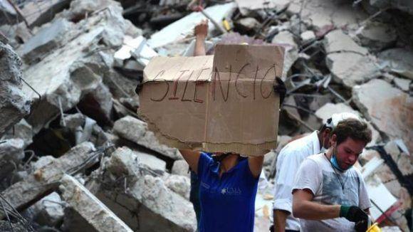Los equipos de rescate buscan a los supervivientes entre los escombros. Foto: AFP