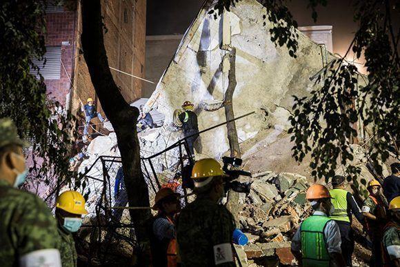 Rescatistas y voluntarios trabajan en un edificio en la calle Ámsterdam, en la colonia Condesa, que se derrumbó. Foto: Adriana Zehbrauskas/ The New York Times.
