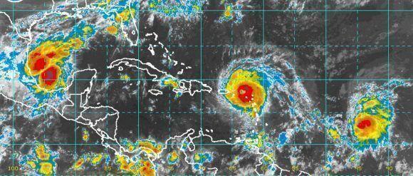 Irma es un huracán muy poderoso con vientos sostenidos sobre los 300 km/h. Sobre el Golfo de México se encuentra la tormenta tropical Katia y sobre el océano Atlántico avanza la tormenta José. Imagen: NOAA/ Vía INSMET Cuba.
