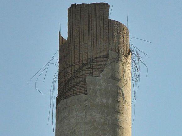 Así quedó el extremo superior de la torre del antiguo central Narcisa. Foto: Vicente Brito/ Escambray.