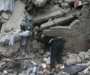 trabajador-busca-en-escombros