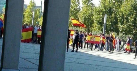 Ultras agreden a representantes de Podemos y a la prensa. Foto: Público