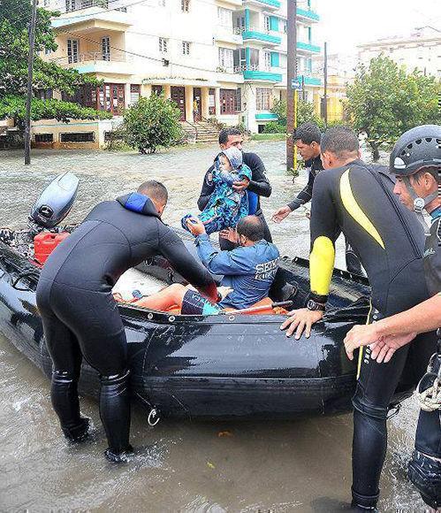 Labores de rescate en la zona del Vedado en La Habana.