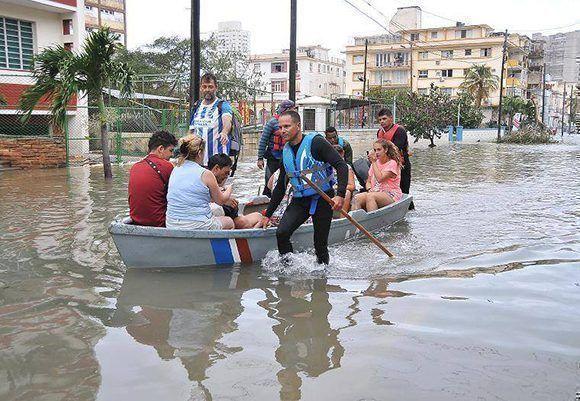 Labores de rescate en la zona del Vedado en La Habana. Foto: Ismael Batista/ Granma.