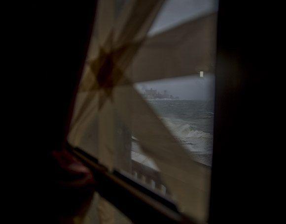 Ahora que el viento amenaza con romper mis cristales pienso en las olas gigantescas que arrastrarán tus cosas hasta las profundidades marinas.Foto: Jennifer Romero/ Cubadebate.