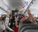 Poco después de despegar desde Fort Lauderdale, clientes  ondean banderas cubanas mientras abordan el vuelo inaugural de JetBlue a Cuba. Foto: Donald Traill / AP