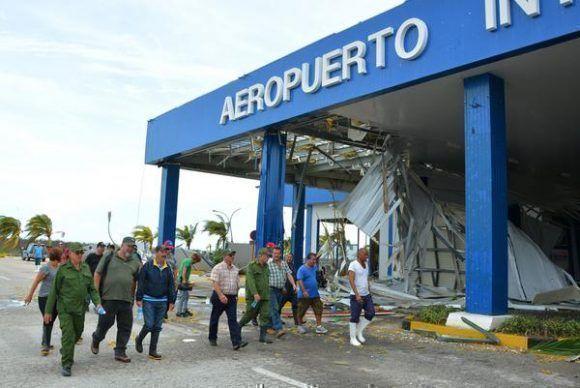 Ramón Espinosa Martín, (I) miembro del Buró Político del Partido Comunista de Cuba y Viceministro de la Fuerzas Armadas Revolucionarias (FAR), junto a Manuel Marrero, ministro de Turismo (Mintur), recorren áreas del aeropuerto Jardines del Rey destruido por el paso del Huracán Irma. Foto: Osvaldo Gutiérrez/ ACN.