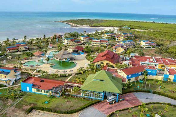 El hotel Brisas Covarrubias, principal instalación hotelera en la costa norte de la provincia de Las Tunas, se recupera de las leves afectaciones que sufrió por el impacto del huracán Irma. Foto: ACN.