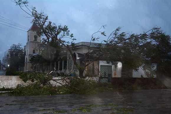 Vista del parque José Martí, en Sancti Spíritus, al amanecer del 9 de septiembre de 2017, al paso del huracán Irma por la costa norte central de Cuba. Foto: Oscar Alfonso/ACN.