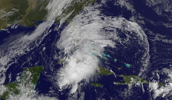 Coincidieron un frente frío en el golfo de México y la tormenta tropical Philippe sobre Cuba. Imagen del satélite GOES 13, NOAA.